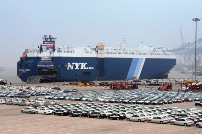 Transportowiec morski ro-ro i samochody czekające na załadowanie na pokład